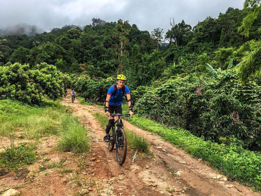 Caminata y bicicleta en el parque nacional de la montaña Doi Suthep