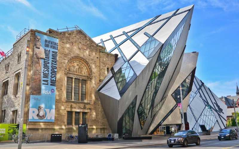 El Royal Ontario Museum (ROM) es el museo más grande de Canadá y una de las 10 instituciones culturales más importantes de América del Norte. Ubicado en la esquina de la Universidad y Bloor, este impresionante museo combina lo antiguo y lo nuevo. El diseño contemporáneo es una hermosa adición. Fue agregado al edificio original creando una impresionante obra de arte. Es apropiado para un edificio que alberga 13 millones de artefactos y obras de arte presentados en 40 espacios de exposición y galerías diferentes.