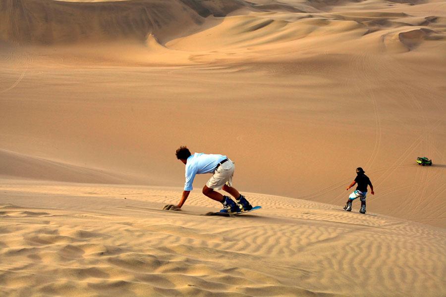 hombre haciendo snow en el desierto